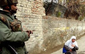 Fake news: कश्मीरी लड़की को परीक्षा देने जाने से रोकते सैनिकों की फोटो वायरल, जानें क्या है सच