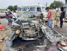 महाराष्ट्र: कार-ट्रक की भिड़ंत में चार की मौत, 3 की हालत गंभीर