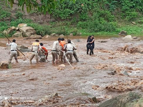 नदी के बीच सेल्फी ले रही सहेलियां, अचानक बाढ़ में फंसी -रेस्क्यू टीम ने बचाई जान