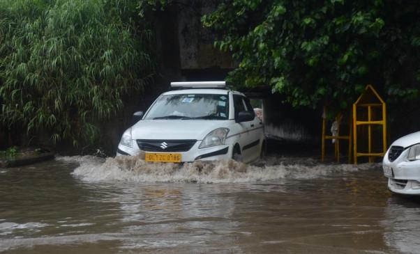 दिल्ली में भारी बारिश, निचले इलाकों में पानी भरा