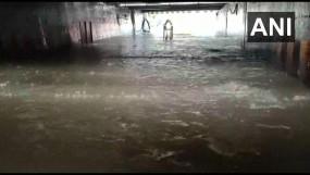 महाराष्ट्र: मुंबई में भारी बारिश से जीवन अस्त-व्यस्त, जलभराव से लगा जाम, हाइटाइड का अलर्ट