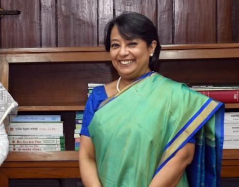 भारतीय उच्चायुक्त ने बांग्लादेश के एक स्कूल को 2 बसों की सौगात दी