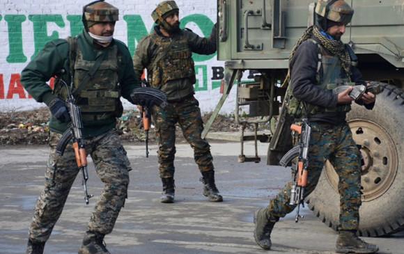 जम्मू-कश्मीर: पुलवामा के त्राल में सुरक्षाबलों और आतंकियों के बीच मुठभेड़