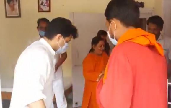 भोपाल: उमा भारती से मिले ज्योतिरादित्य सिंधिया, बंद कमरे में 30 मिनट तक हुई चर्चा