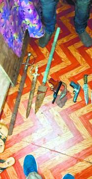 घर से छिपा रखा खा पिस्तौल, कट्टा और तलवार , पुलिस ने छापा मारकर जब्त किया