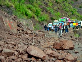कश्मीर में भूस्खलन से मकान और 16 दुकानें क्षतिग्रस्त