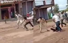 वीडियो: मप्र पुलिस की बेरहमी, अलीराजपुर में मरीज को बीच सड़क बेल्ट से पीटा, कांग्रेस बोली- 'बेशर्मराज'