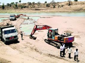 खुले बाजार में बिक रही महाराष्ट्र राज्य खनिकर्म मंडल की रेत