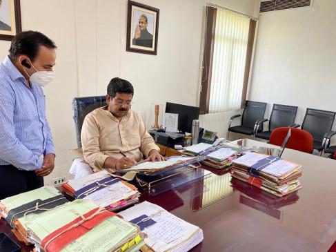 उच्च शिक्षा राज्य मंत्री ने विभाग के उच्चाधिकारियों के साथ की समीक्षा बैठक