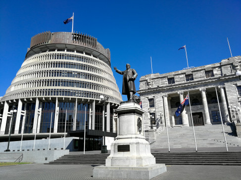 आलोचना के चलते न्यूजीलैंड के स्वास्थ्य मंत्री ने दिया इस्तीफा