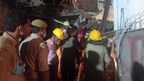 नोएडा : निमार्णाधीन बहुमंजिला इमारत गिरी, रेस्क्यू टीम ने 4 लोगों को मलबे से निकाला