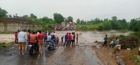 गहरानाला उफान पर, तीन घंटे बंद रहा नागपुर मार्ग - सड़क पर वाहनों की लंबी कतार