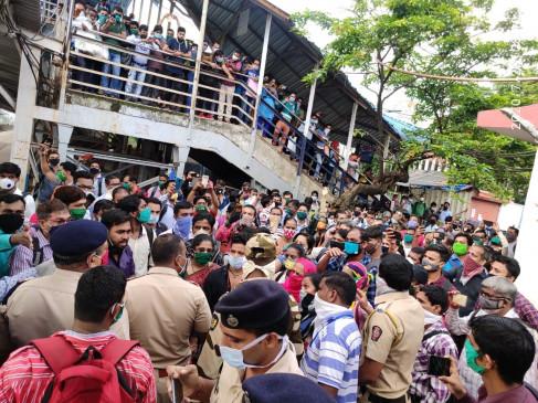 महाराष्ट्र में यात्रियों ने रोकी ट्रेनें, लगाई गईं अतिरिक्त बसें