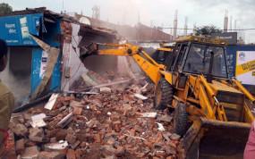 सतना: जेसीबी से ध्वस्त किया गुंडों का अवैध कब्जा