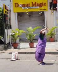 सड़क पर मार्शल आर्ट करने वाली बुजुर्ग की मदद को आगे आए सोनू सूद और रितेश