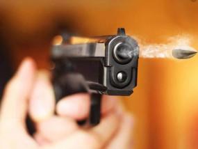 पिता पर तानी बंदूक, बीच बचाव कर रहे भाई को लगे छर्रे