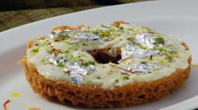 Sweet: त्यौहारों में घर पर बनाएं राजस्थान की पॉपुलर मिठाई 'घेवर', आसान है रेसिपी