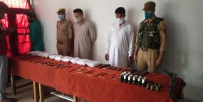कश्मीर में आतंकी ठिकाने का भंडाफोड़, हथियार, गोला-बारूद जब्त