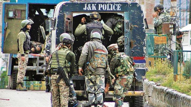 जम्मू-कश्मीर: पुलवामा में CRPF के काफिले पर हमला, IED ब्लास्ट और फायरिंग से जवानों को किया टारगेट