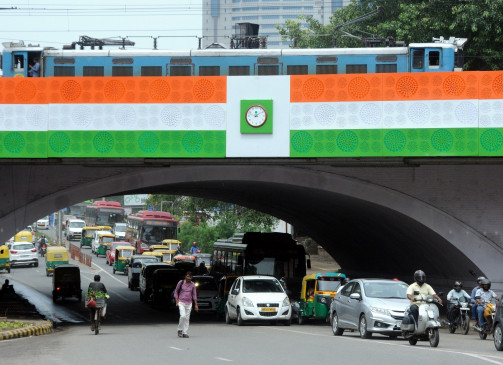 बारिश से दिल्ली के मिंटो ब्रिज पर ट्रैफिक जाम