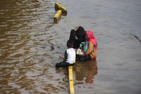 उप्र : नदियों के उफान से बाढ़ के हलात, खेतों और घरों में घुस रहा पानी