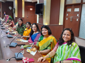 आवासन मण्डल में महिला कार्मिकों ने हरियाली तीज महोत्सव हर्षोल्लास से मनाया आयुक्त ने दी तीज महोत्सव की शुभकामनाएं महिला अधिकारी व कर्मचारियों ने सामुहिक तरीके से मनाया त्यौहार