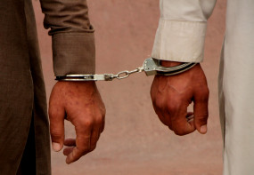 कश्मीर में आतंकवादियों के 2 सहयोगी गिरफ्तार