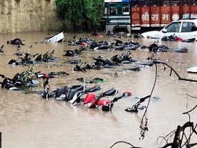 साढ़े 5 इंच बारिश से सड़क पर सैलाब, नदी-नाले भी उफनाए...