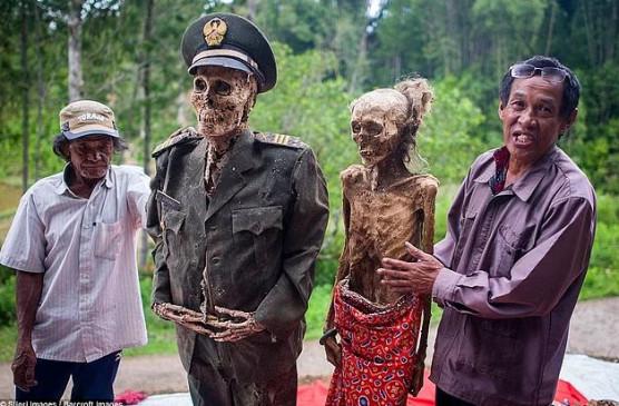 अजब-गजब: इस देश में हर 3 साल में कब्रों से निकाली जाती हैं लाशें, फिर उनके साथ मनाया जाता है यह फेस्टिवल