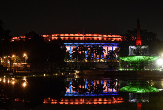 74वां स्वतंत्रता दिवस: आजादी के जश्न में डूबा संपूर्ण देश, जश्न-ए-आजादी तीन रंगों से सजाईं विरासतें