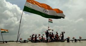बिहार : सरयू की लहरों में लहराया तिरंग् दिया स्वच्छता का संदेश