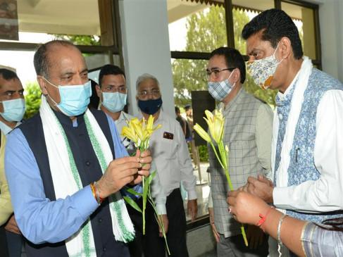 गग्गल हवाई अड्डे पर मुख्यमंत्री का उत्साहपूर्ण स्वागत किया गया