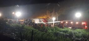 केरल विमान हादसाः भारी बारिश में रनवे पर क्रैश लैंडिग और दो टुकड़ों में बंट गया विमान, देखें हादसे की तस्वीरें