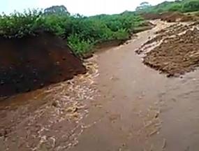 बांध के ओवरफ्लो पानी से बर्बाद हो रही फसल - टेंडर के 6 वर्ष बीत जाने के बाद भी नहीं हुआ नहर का निर्माण