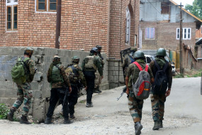 जम्मू-कश्मीर के कुलगाम में मुठभेड़ जारी