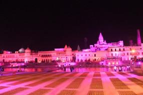 रामजन्मभूमि में सबसे पहले दीप प्रज्वलन के साथ पूरी अयोध्या रोशनी से नहाई