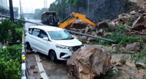 मुंबई में भारी बारिश, भूस्खलन से यातायात प्रभावित