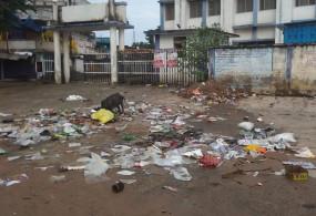 खुले में फेंक रहे अस्पताल का कचरा - परेशान हो रहे मरीज, अस्पताल प्रबंधन बना लापरवाह