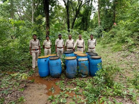 Police Raid: जंगल में चल रही थी अवैध शराब की फैक्टरी, पुलिस ने मारा छापा