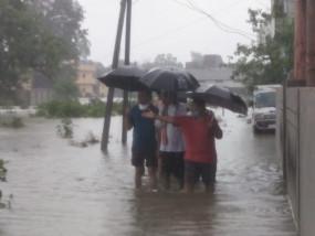 घर के बाहर नहीं निकल पा रहे मित्रा इन्क्लेव के बुजुर्ग और बच्चे, सड़क पर हर तरफ पानी