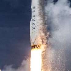 नासा के 2 अंतरिक्षयात्रियों के साथ स्पेसएक्स क्रू ड्रैगन धरती पर लौटा