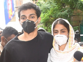 SSR death probe: रिया चक्रवर्ती, भाई-पिता संग ED दफ्तर से निकलीं, एजेंसी ने करीब 10 घंटे पूछताछ की