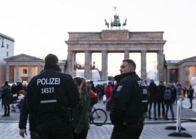 कोविड-19 प्रतिबंधों के खिलाफ बर्लिन में हजारों ने निकाली रैली