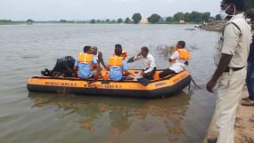 नदी में आई अचानक बाढ़ फंस गए तीन युवक - कर रहे थे मछलियों का शिकार