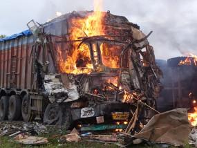 आमने सामने से आ रहे ट्रक टकराए , भड़की आग ,दो जिंदा जले, चार घायल