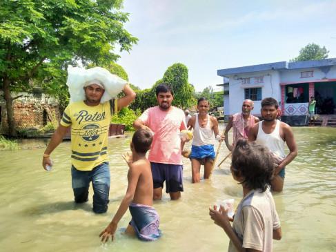 बाढ़ पीड़ितों की मदद के लिए आगे आए गोपालगंज के युवा, जान जोखिम में डाल पहुंचा रहे राहत सामग्री