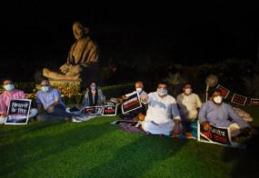 Protest: पूरी रात संसद परिसर में धरना देंगे 8 सांसद, 18 विपक्षी पार्टियों की राष्ट्रपति को चिट्ठी, कृषि बिलों पर साइन न करने की अपील की