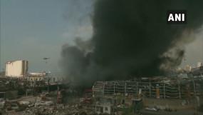 लेबनान: धमाके के महीनेभर बाद बेरूत पोर्ट पर लगी भीषण आग, काले धुएं से भरा आसमान