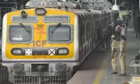 लोकल ट्रेन यात्रा की अनुमति से लिए वकील पहुंचे हाईकोर्ट