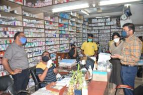 दवाइयों की न हो कालाबाजारी - प्रशासनिक अफसरों का दवा बाजार में छापा, स्टॉक और बिक्री के रिकॉर्ड खंगाले